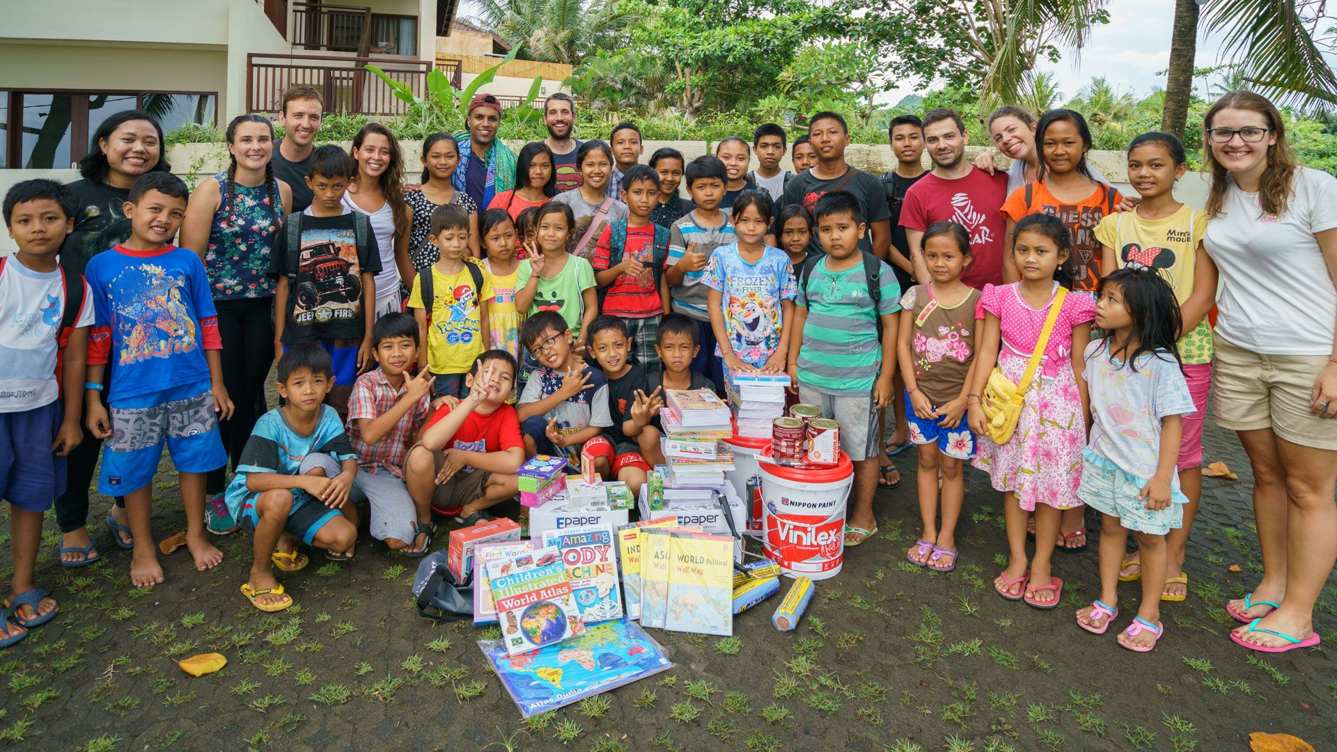 Foto de Carla Llamas junto a niños de Indonesia