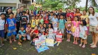 Carla Llamas junto a niños de Indonesia
