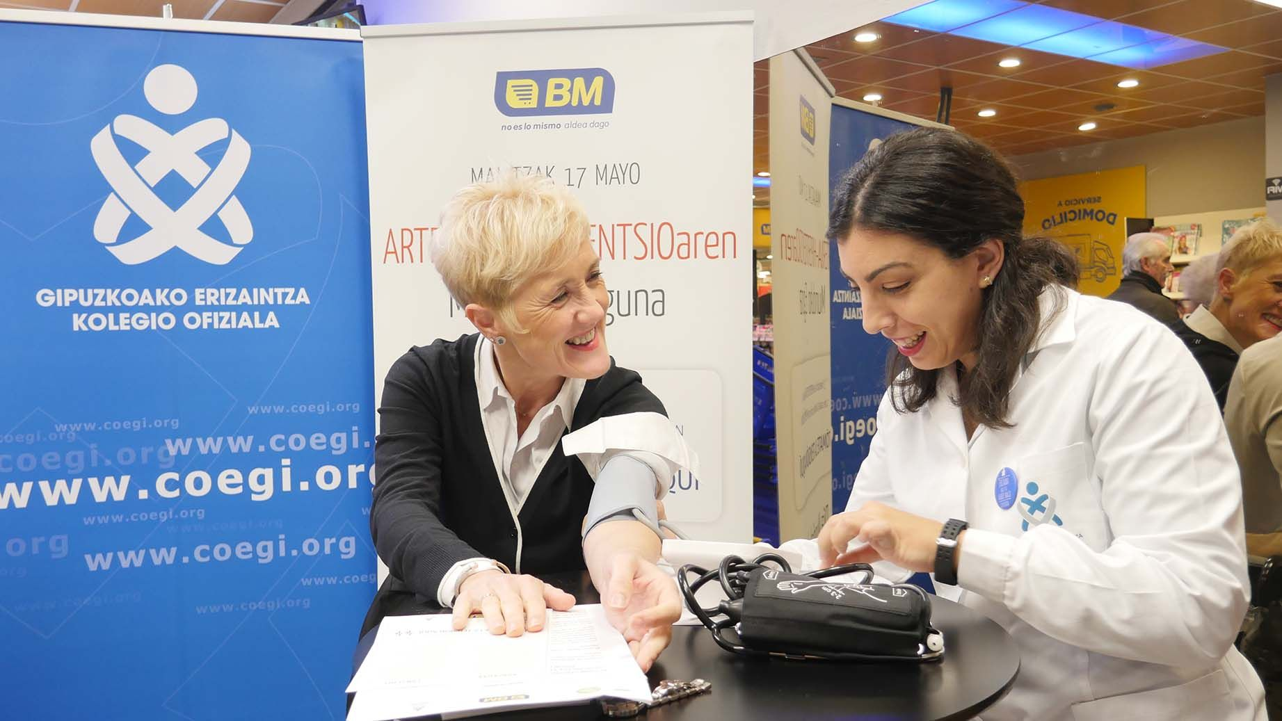 Foto de La presidenta del COEGI, Pilar Lecuona, junto a la enfermera