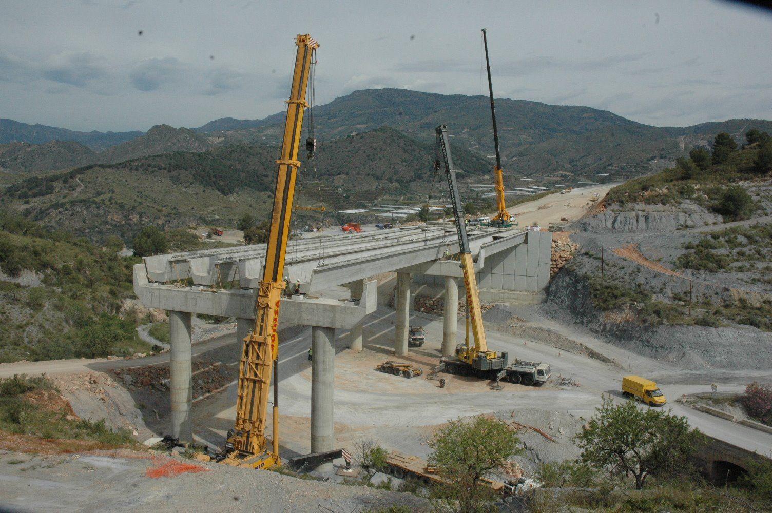Foto de Montaje de vigas para puentes con gruas