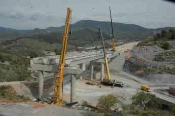 Montaje de vigas para puentes con gruas