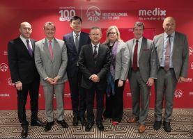 Izquierda a derecha: Jonathan Sternberg(Medix), Stuart Spencer(AIA), Jacky Chan(AIA), Ng Keng Hooi (AIA), Sigal Atzmon(Medix)