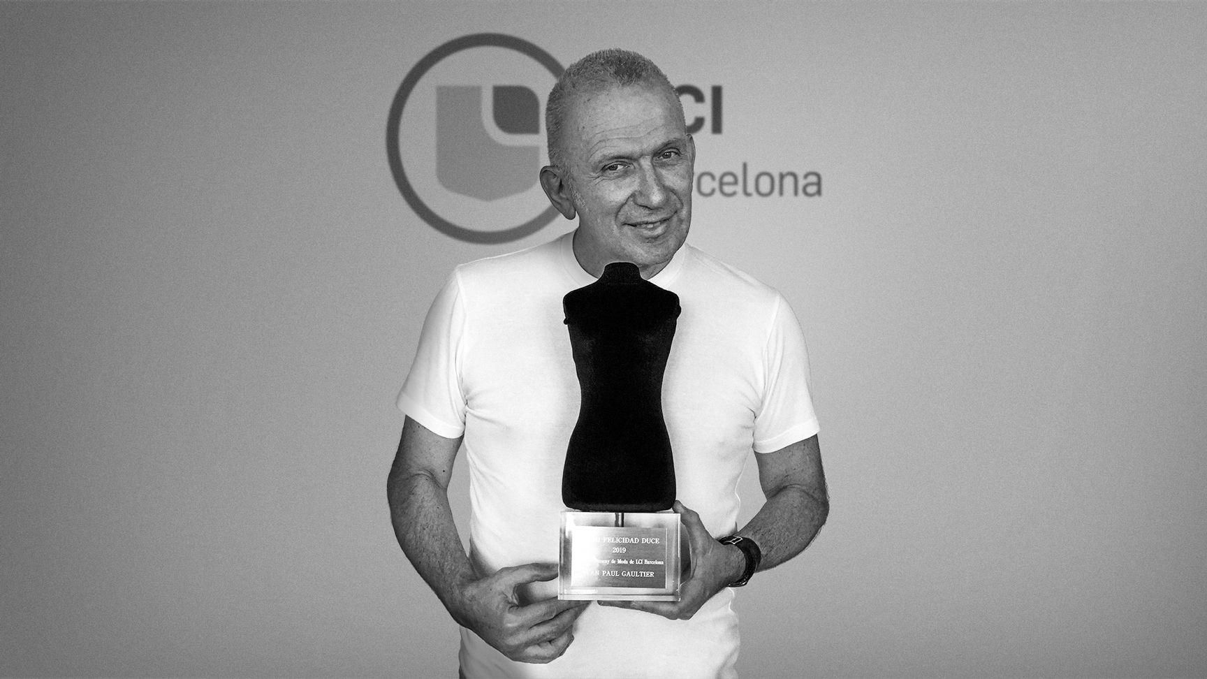 Foto de Jean Paul Gaultier recibiendo el Premio Felicidad Duce