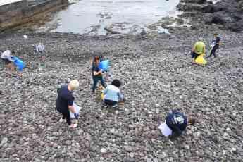 Loro Parque realiza una gran limpieza de plástico en la costa de Punta del Hidalgo