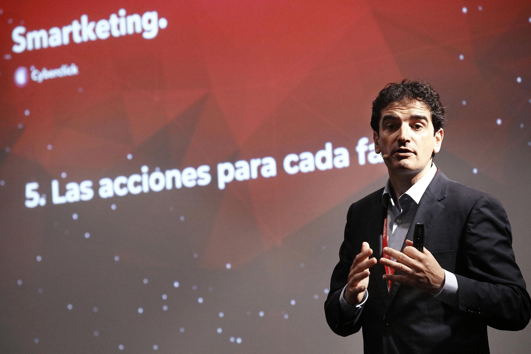 Foto de David Tomás presentando la metodología del Funnel