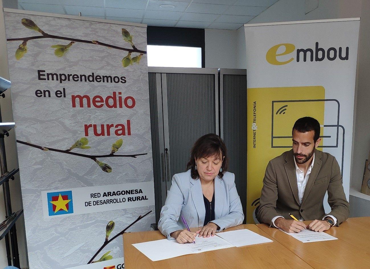 Foto de Los representantes de ambas entidades durante la firma de