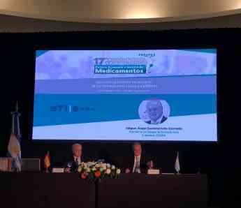 Foto de Gastelurrutia junto al presidente de FEFARA, Manuel