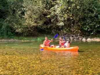Descender el río en canoa es una actividad tradicional en el oriente