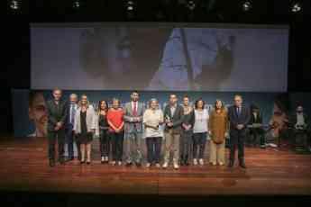 Foto de familia con los premiados y autoridades