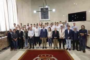 La selección española de balonmano ha sido recibida por el alcalde de Almería, Ramón Fernández-Pacheco, junto con otros represen