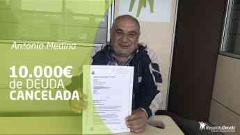 Foto de Antonio recibe el documento que cancela todas sus deudas