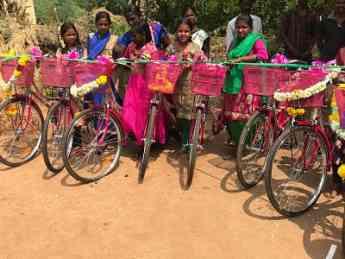Foto de Niñas posando para la foto con sus bicicletas nuevas,