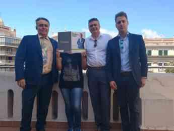 Antonio, Marcos Vera y Jesus de Repara tu deuda Mallorca con la clienta de Menorca