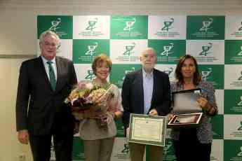 FOTO: De izda. a dcha. Miguel Ángel Gaslelurrutia, M Teresa Espinosa, farmacéutica esposa del homenajeado, Raúl Guerra Garrido y