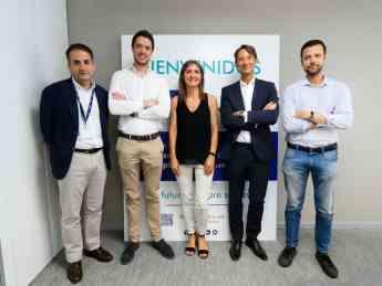 Los fundadores de Cobee posan junto a los responsables del programa CNP Start.