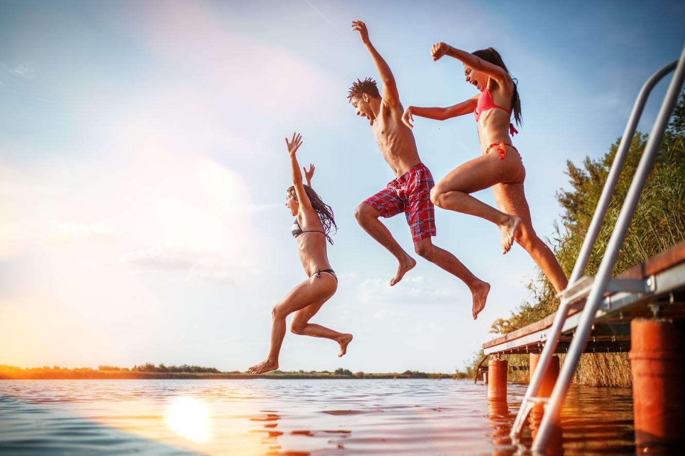 Foto de Unos jóvenes disfrutan en un lago en verano