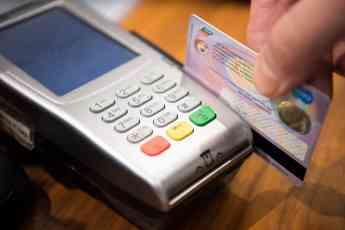 En 2018 los españoles realizaron compras por 147.431 millones de euros utilizando tarjetas de crédito/débito