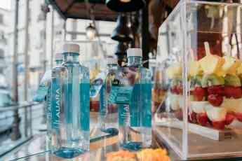 Los más de 30 puestos del Mercado de San Miguel ofrecerán AUARA a sus clientes, contribuyendo así a generar un impacto positivo