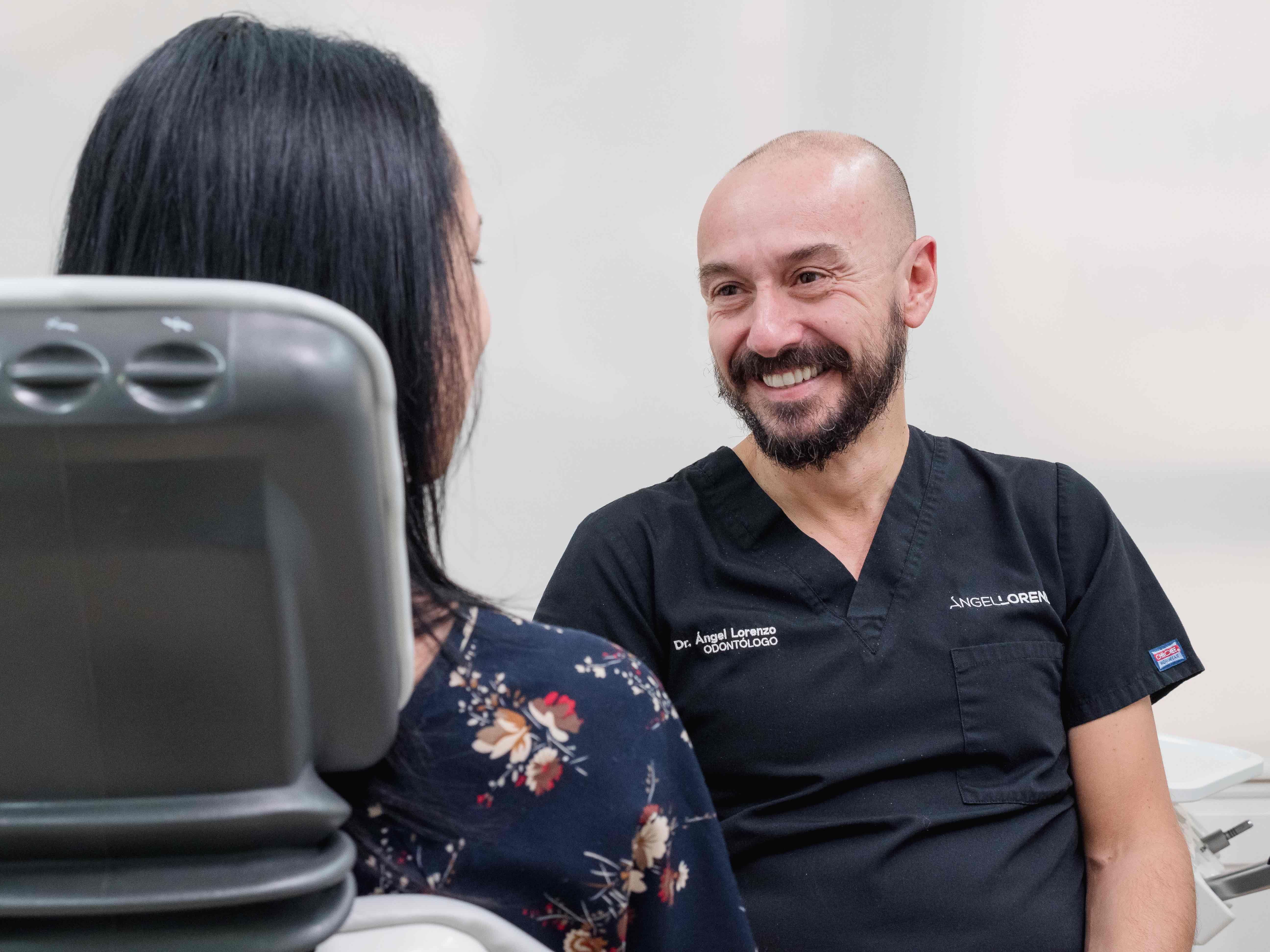 Fotografia Un dentista conversa con el paciente durante la cita.