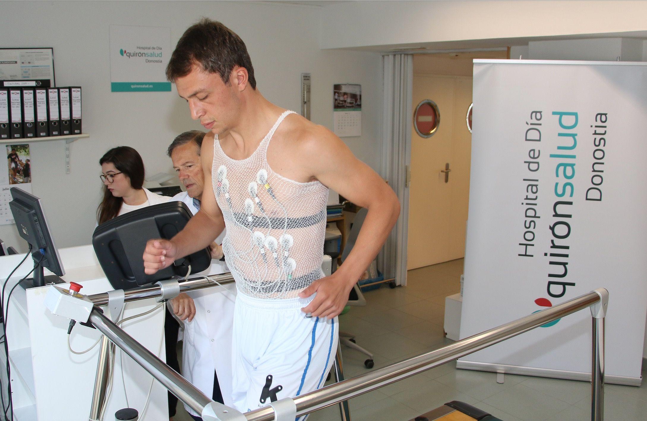 Foto de Aitor Aranzabe en su reconocimiento médico en el Hospital de