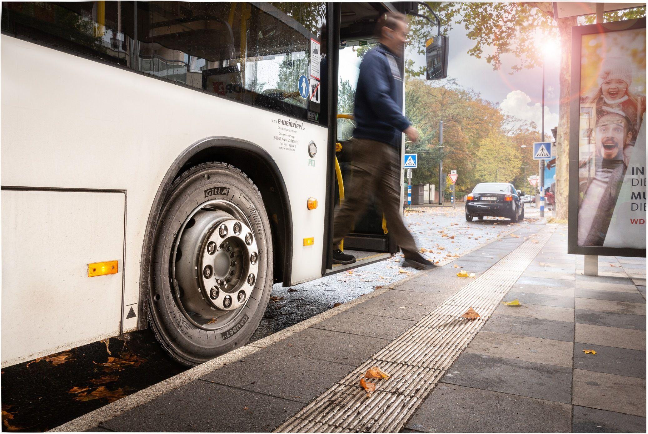 Foto de Bus urbano con neumático Giti GAU867v1 apto para todas