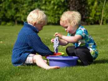 Cómo aplicar la pedagogía Montessori para jugar con los niños este verano según Miriam Escacena