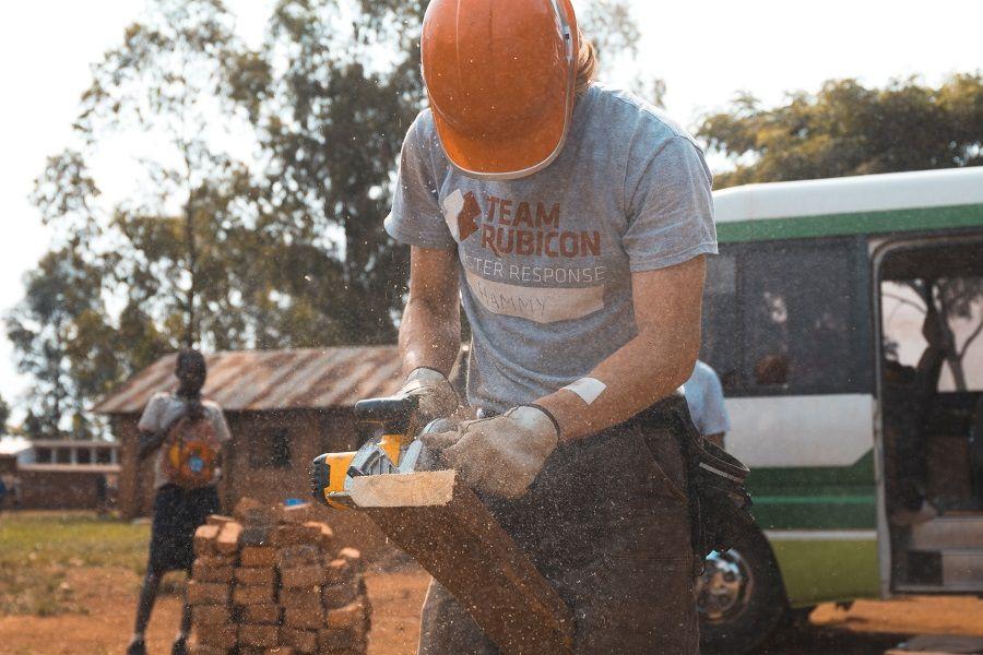 Foto de trabajos con casco de seguridad