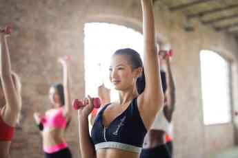 Practicar ejercicio con mancuernas