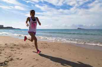 Foto de correr en la playa