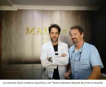 Los doctores David Landeira (izquierda) y Jan Tesarik (derecha) después de firmar el acuerdo..