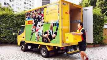 DHL entrega la Copa Mundial de Fútbol en Japón