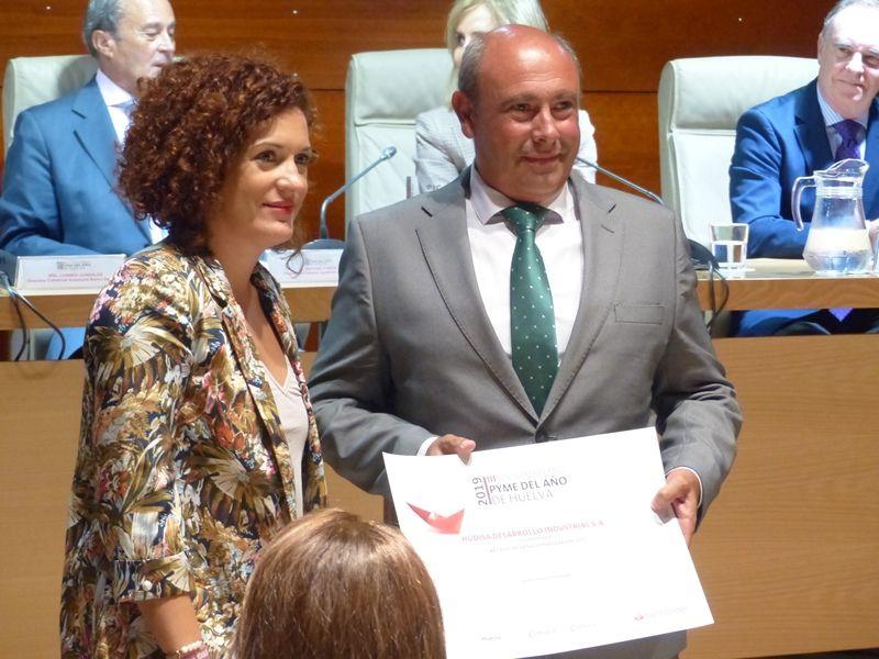 Foto de María Eugenia Limón entrega el premio al Presidente de