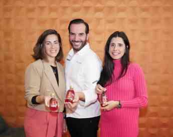 Nuria Morales (izda) y Beatriz Magro (dcha), fundadoras de Komvida, posan junto al chef Mario Sandoval y en su restaurante de Ma