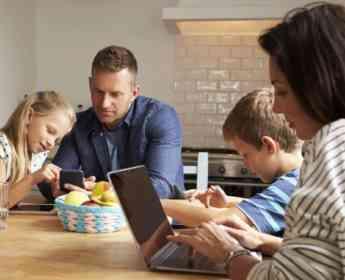 Los niños españoles de 12 a 17 años pasan más horas al año en Internet que en el colegio, según Qustodio