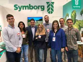 Equipo de Symborg frente a su stand en la feria Fruit Atracction.