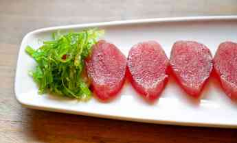 Tataki de atún rojo PVP 9,50 euros media ración/15 euros por ración