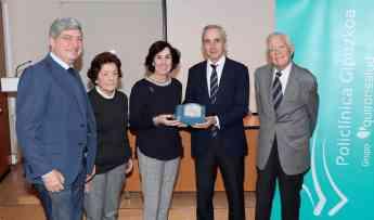 Joseba Vidorreta hace entrega del desfibrilador a la Hospitalidad de Lourdes