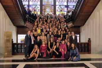 Foto de grupo con los 100 empleados con mayor antigüedad en el grupo