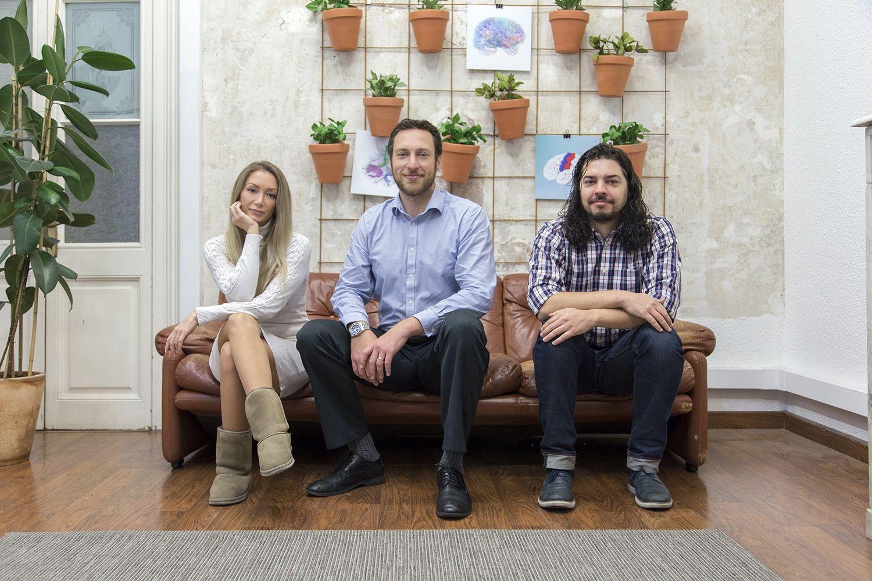 Foto de Vesna Prchkovska, Landon McKenna y Paulo Rodrigues,
