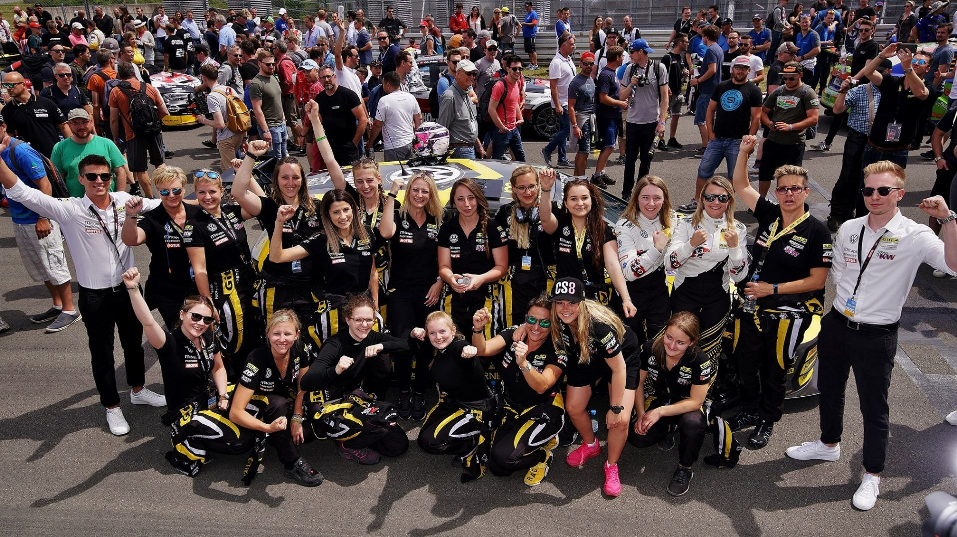 Foto de Equipo de automovilismo enteramente femenino de Giti Tire