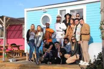 Participantes del reality show Dream Camping en una imagen de grupo