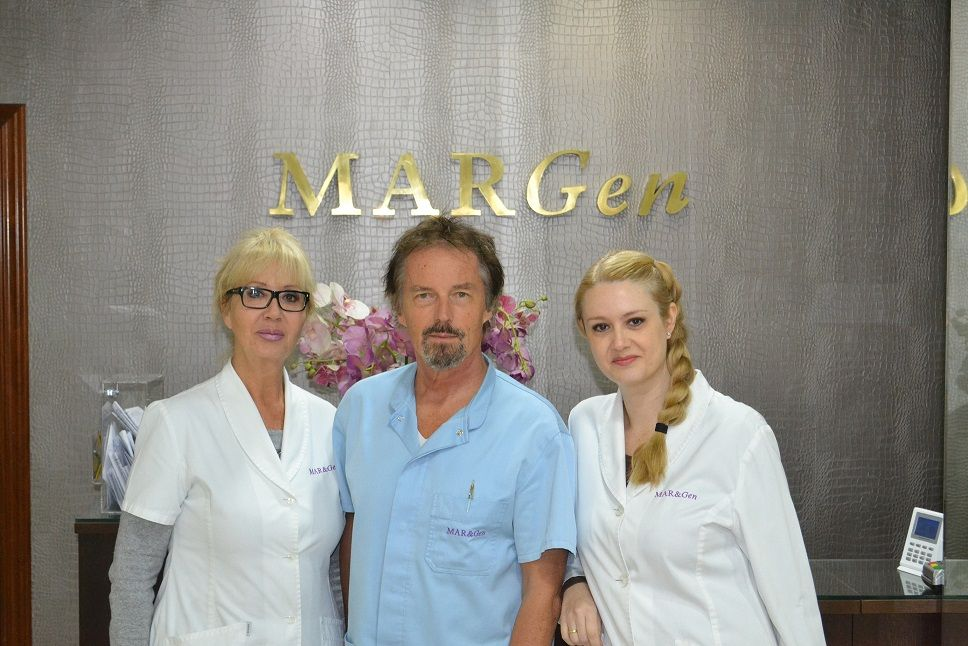 Foto de El doctor Jan Tesarik con sus estrechas colaboradoras, las