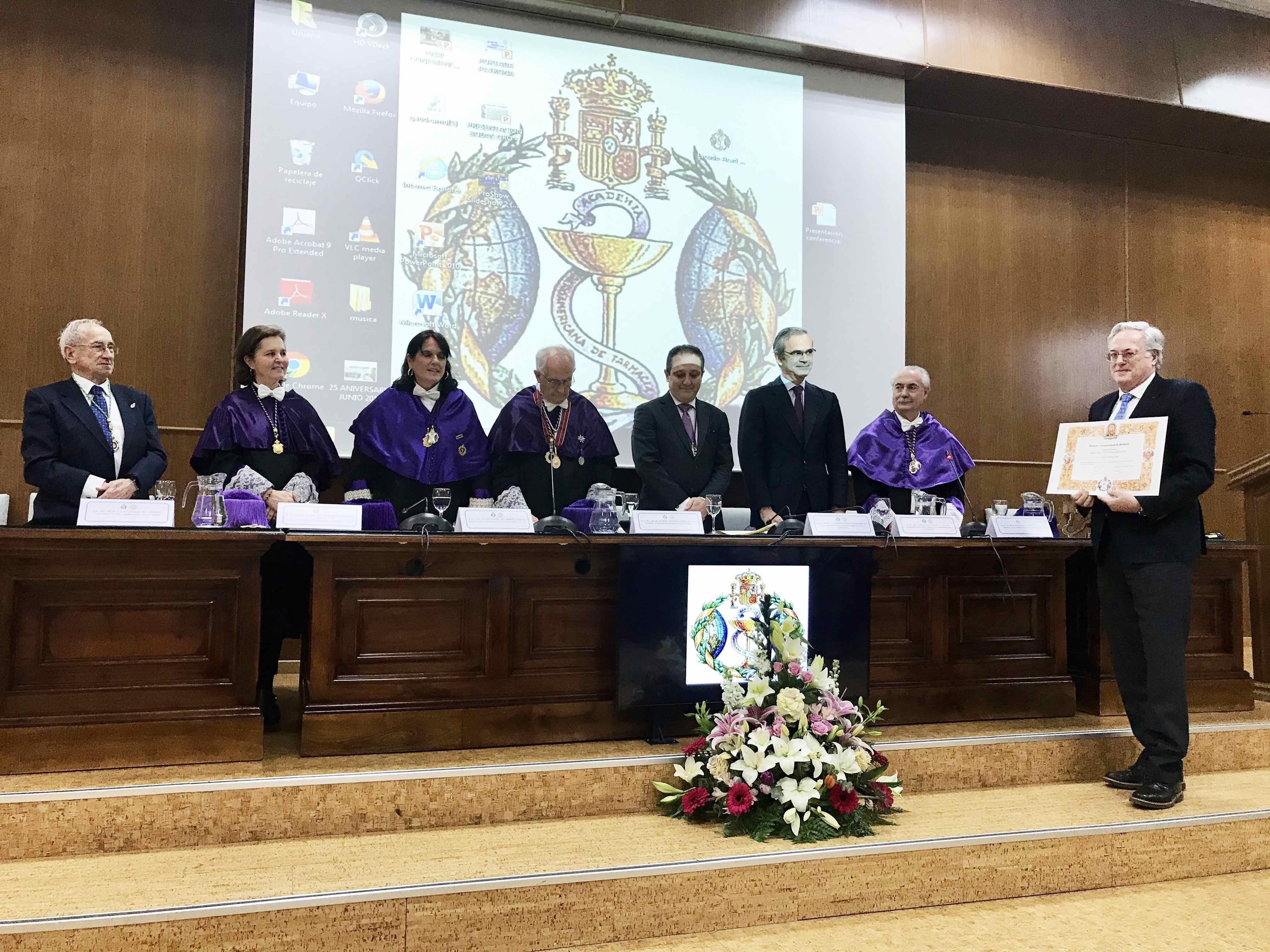 Foto de El presidente del COFG, Miguel Ángel Gastelurrutia, recogió