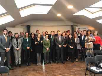 Foto de Foto de familia tras la conferencia de Raúl Beyruti en el