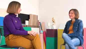 Foto de Entrevista de dos grandes profesionales.