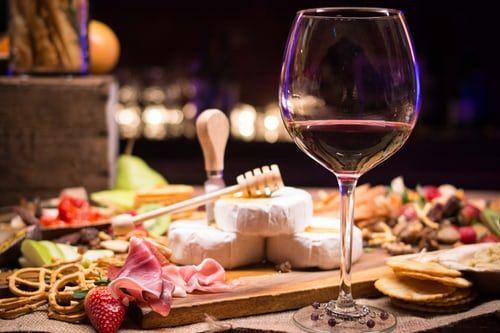 La tienda gourmet Delivinos explica el protocolo del vino en la mesa