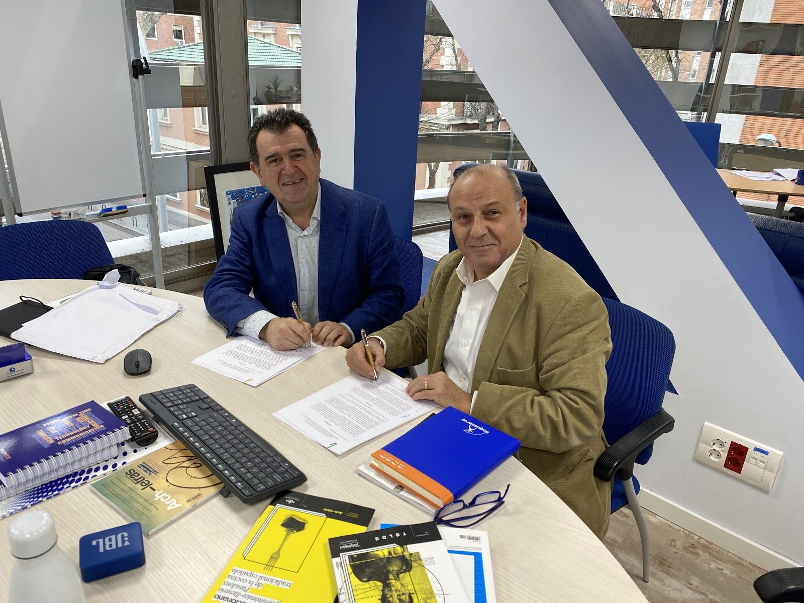 Foto de Firma del acuerdo entre Linguaserve y Archiletras