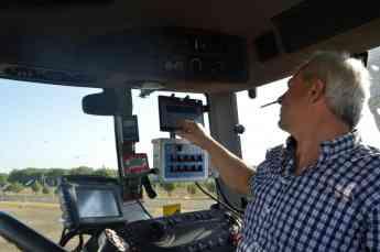 Foto de operador controlando AGROXCONTROL