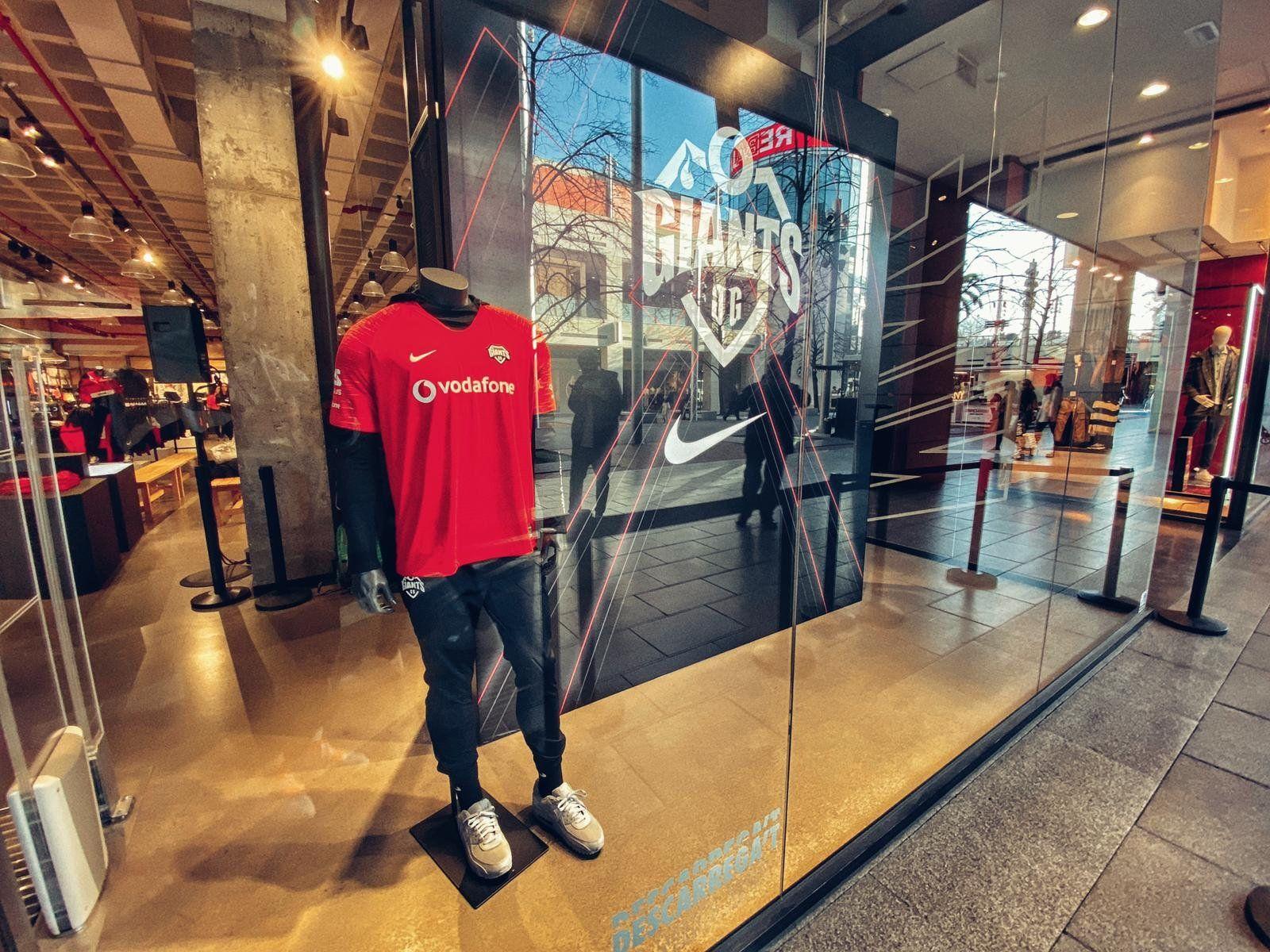 bordado caja Cerco  La nueva equipación oficial de Vodafone Giants se presenta en sociedad - El  Portaluco de noticias de Valladolid