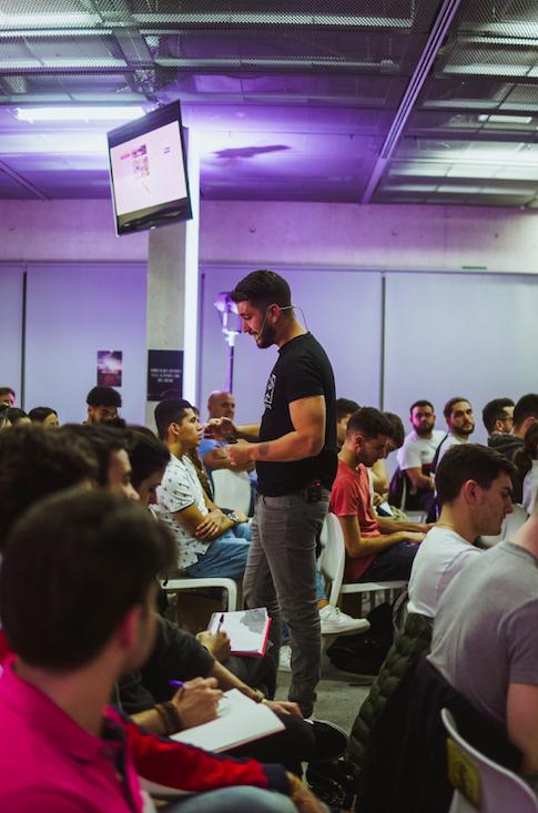 Foto de César Rivero en una de sus conferencias